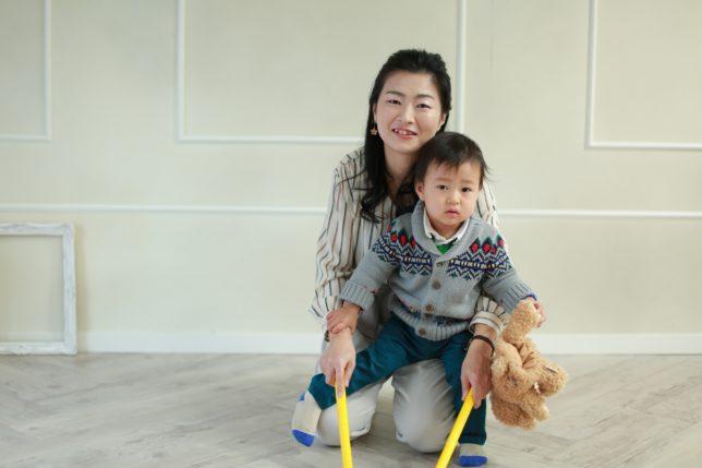 リトミックをする親子の風景