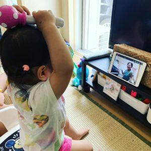 オンラインに参加する1歳児