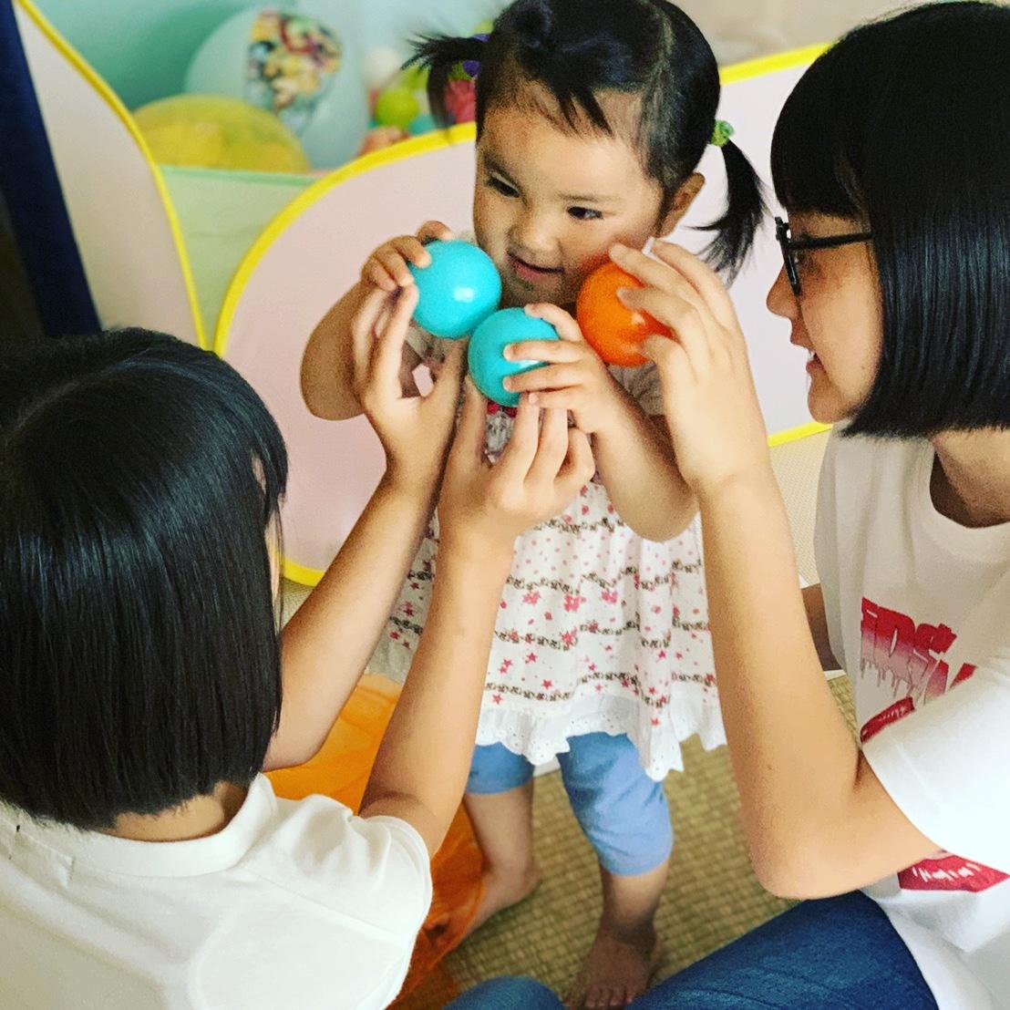 姉妹でリトミックに参加する家族の写真