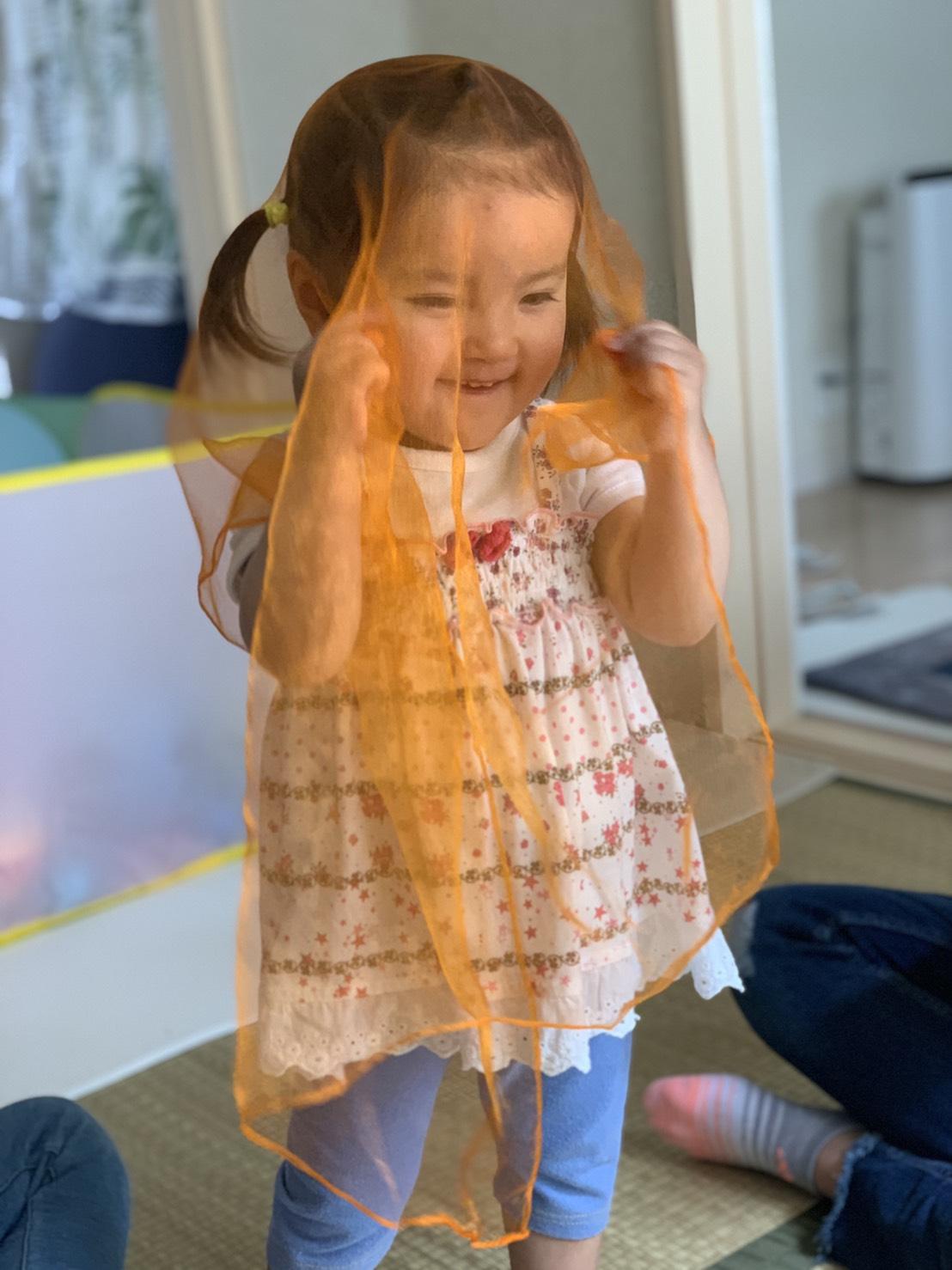 スカーフでリトミック表現をする女の子